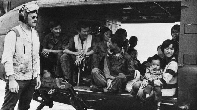 Huey_with_refugees_on_USS_Midway_(CVA-41)_off_Vietnam_in_1975