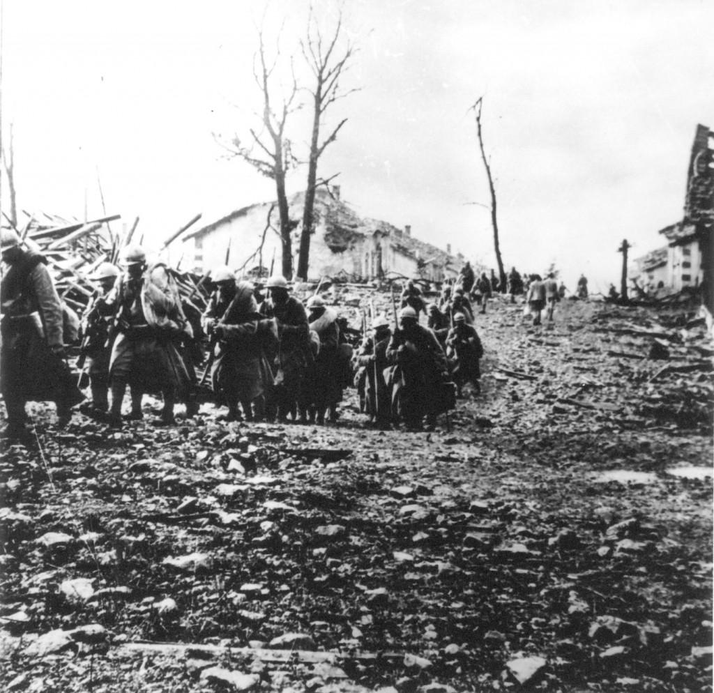 14-18_Soldats_et_ruines